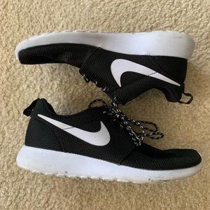 Women's black/white Nike Roshe Run sz 7.5w
